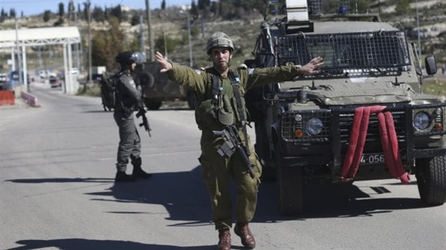 Soldados israelíes cerca del retén donde hubo el tiroteo.