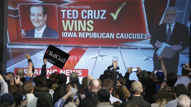 Un écran montre Ted Cruz vainqueur du caucus républicain en Iowa.