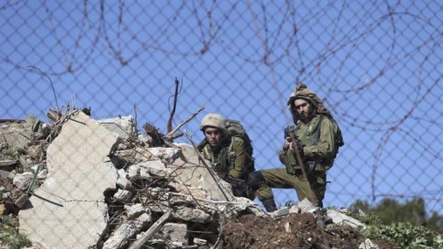 Soldados israelíes montan la guardia cerca del retén militar donde hubo el tiroteo.