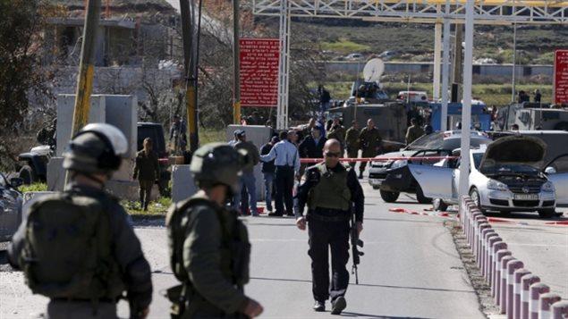 Tropas isralíes en el lugar del tiroteo del domingo.