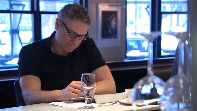 Pierre Drouin, client au Café Cherrier, regrette quelque peu la disparition de «La Presse» papier en semaine.