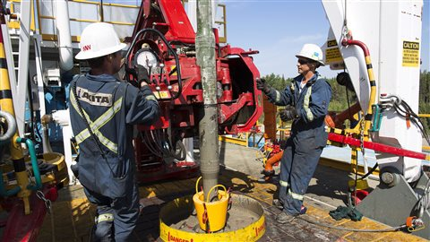 Travailleurs de l'industrie pétrolière. La rémunération des patrons ne cesse de grimper depuis la crise financière de 2009.