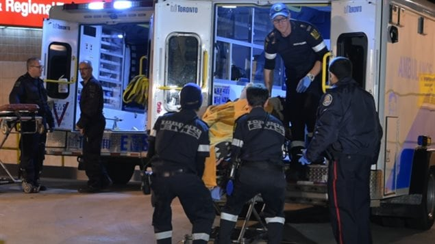 2 morts, 3 blessés après que des coups de feu aient éclaté tôt dimanche à proximité des restaurants de Chinatown dans la ville de Toronto. Selon les enquêteurs, un assaillant a ouvert le feu sur un groupe d'hommes pour un motif encore inconnu. Photo : Andrew Collins