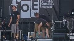 Des techniciens de son à l'oeuvre à l'occasion du Festival de l'Outaouais émergent (FOÉ), ce vendredi 5 septembre 2014.