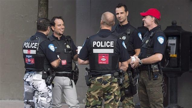 L'allure des agents du Service de police de la Ville de Montréal, qui altèrent leur uniforme comme moyen de pression, exprime bien le lien d'amour-haine que nous entretenons avec cette coutume vestimentaire.
