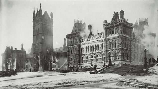 Le parlement du Canada incendié le 3 février 1916.