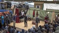 Une troupe joue Hamlet au milieu du camp de migrants à Calais