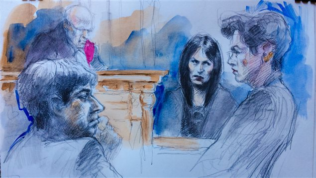 Jian Ghomeshi à gauche, son avocate, Marie Heinen à droite et Lucy DeCoutere au centre.