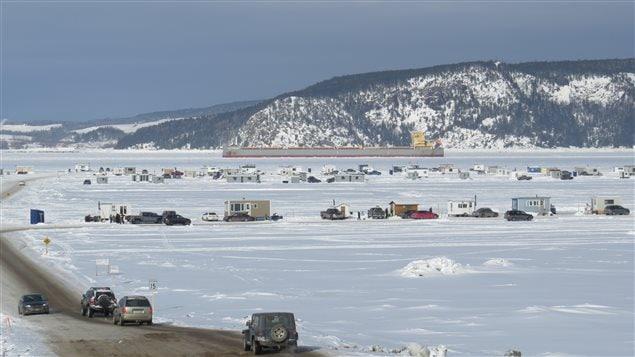 Un village de glace pour pêcheurs sur la baie des Ha! Ha!