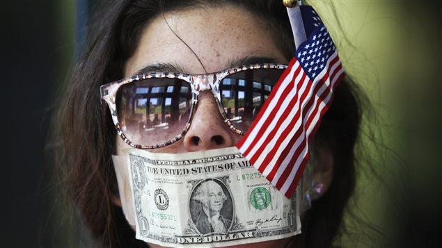 En 2012, une jeune femme participe à une manifestation contre la CitiBank, accusée par les protestataires de ne pas dévoiler ses dons politiques.