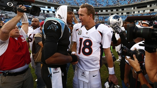 Cam Newton, des Panthers de la Caroline, parle à Peyton Manning, des Broncos de Denver.