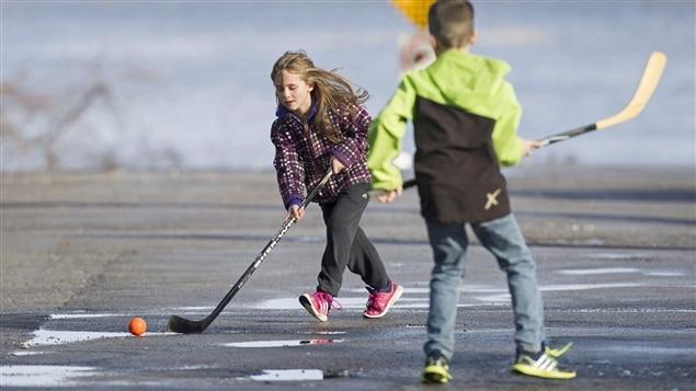 L'hiver est particulièrement doux dans plusieurs régions du monde. Ici : des enfants jouaient encore en espadrilles dans les rues de Vaudreuil-Dorion le 24 décembre.
