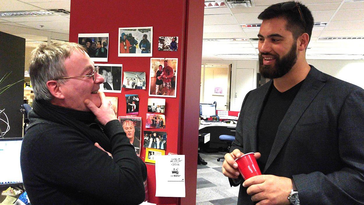 Le journaliste sportif Robert Frosi, admiratif devant le footballeur Laurent Duvernay-Tardif