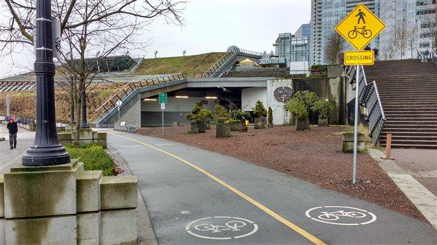 Une piste cyclable longe le centre des congrès à Vancouver