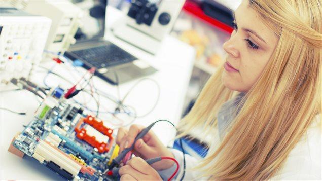 Les femmes se font encore rares dans les milieux technologiques.