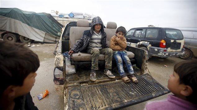 De jeunes Syriens devant le camp de réfugiés dans les environs de Bab Al-Salam, près de la frontière turque.