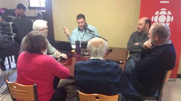 Alain Clavette discutant avec cinq personnes