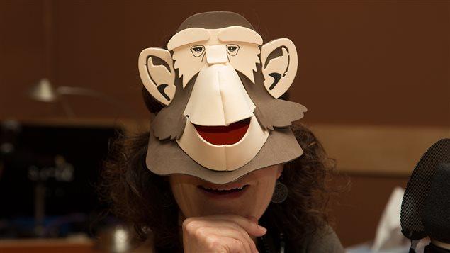 Catherine Perrin porte un masque de singe.
