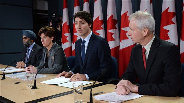 Le nouvelle approche canadienne a été dévoilée lundi par le premier ministre Trudeau, qui était accompagné pour l'occasion des ministres de la Défense, Harjit Sajjan, du Développement international, Marie-Claude Bibeau, et des Affaires étrangères, Stéphane Dion.