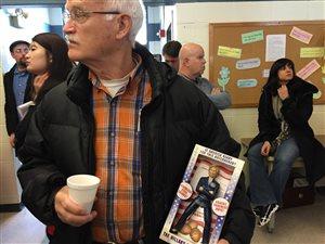 Glenn Fiscus et son casse-noisette à l'effigie d'Hillary Clinton.