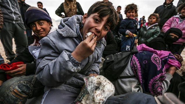 Des Syriens ayant fui les combats à Alep ont trouvé refuge dans un camp de fortune à Bab Al-Salama, près d'Azaz, à proximité de la frontière turque.