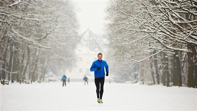 Un coureur fait sa séance dans la neige