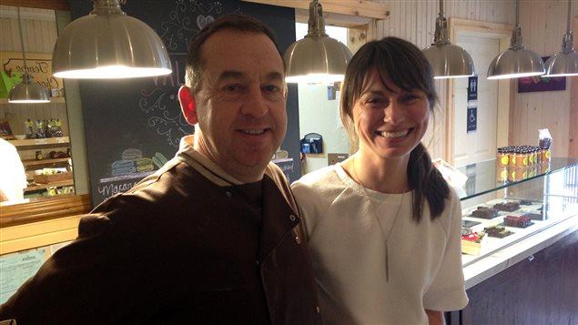 Frédéric Desclos et Ginette Ahier dans la boutique à Shédiac