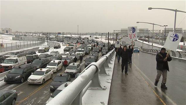 Coup d'éclat des chauffeurs de taxi contre Uber à l'aéroport de Montréal