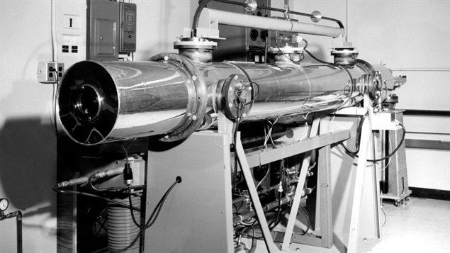 Une horloge atomique dans les installations du CNRC au milieu du siècle dernier.