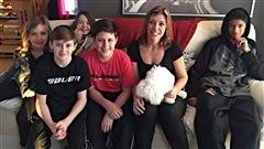 Martine est invitée ce matin chez Annie Michaud dont la famille s'élargie durant le tournoi de hockey pee-wee. Et des jeunes hockeyeurs, on nourrit ça avec de bonnes crêpes!
