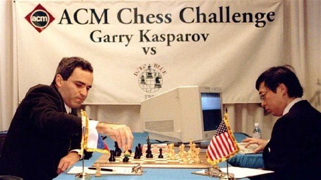 Le champion du monde d'échecs Garry Kasparov affronte Deep Blue le 10 février 1996.