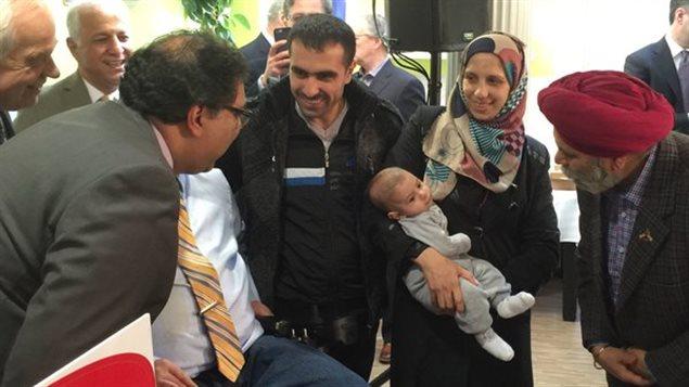 Le maire de Calgary Naheed Nenshi avec des réfugiés syriens à l'annonce de Fonds communauraires du Canada