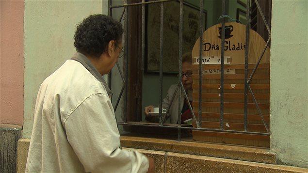 Aleida Gonzalez sert un café à un client