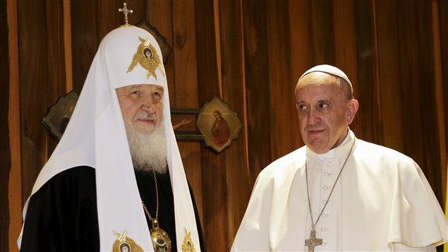 Rencontre historique entre le pape François et le patriarche orthodoxe Kirill à La Havane.