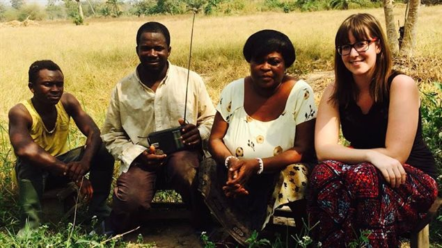 Caroline Montpetit dans un champ avec trois autres perosnnes