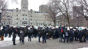 Des acériculteurs furieux contre le rapport Gagné manifestent devant l'Assemblée nationale.