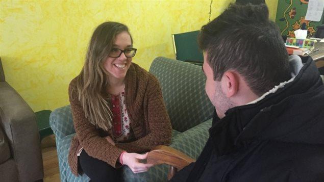 Le jeune Syrien qui demande le statut de réfugié en compagnie de l'intervenante Hannah Deloughery du refuge torontois où il est hébergé.