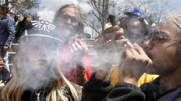 Les jeunes qui ont déclaré fumer de la marijuana ont dit croire qu'elle offre des avantages physiques et influence positivement leur santé
