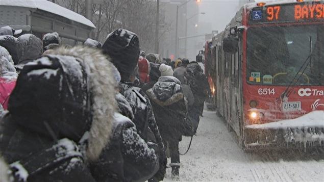 Des usagers d'OC Transpo ont attendu plusieurs heures avant de pouvoir prendre un autobus mardi, lors de la tempête de neige.