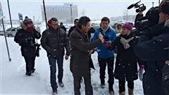 Amir Khadir de Québec Solidaire est en direction du bureau de la Sureté du Québec afin de déposer une plainte d'ordre criminelle pour fraude contre Uber.