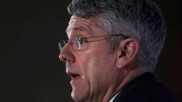 Jean-Pierre Blais devant The Canadian Club - Photo crédit : La Presse canadienne