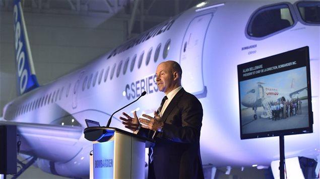 Alain Bellemare, PDG de Bombardier, devant un appareil de la CSeries