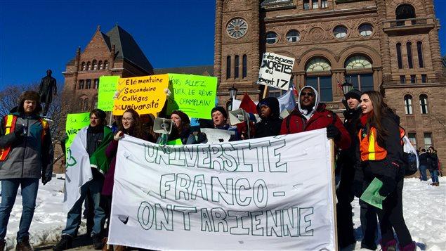 Des étudiants manifestent devant Queen's Park pour la création d'une nouvelle université franco-ontarienne.