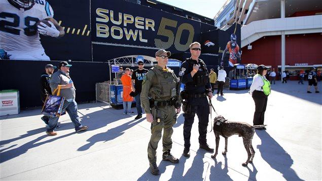 Des policiers surveillent le stade lors du Superbowl.