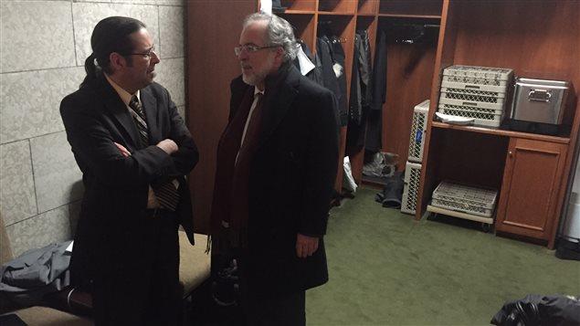 Le chef intérimaire du Bloc québécois, Rhéal Fortin (à droite), et son chef de cabinet, Sylvain Boyer, dans l'espace qui leur est réservé dans l'antichambre de l'opposition.
