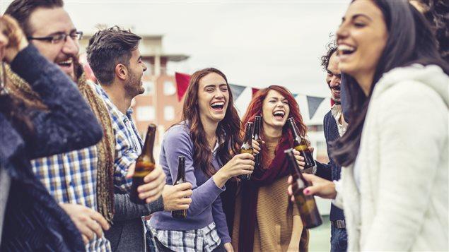 Des jeunes boivent de la bière.