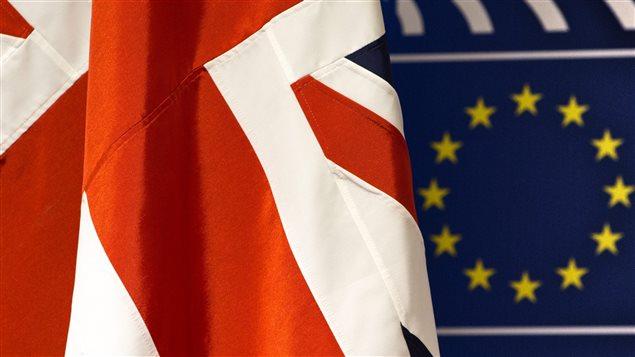 Le drapeau du Royaume-Uni flotte devant le drapeau de l'Union européenne.