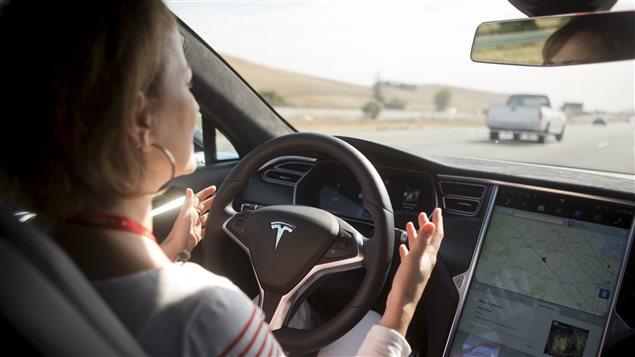 Une femme au volant d'une voiture autonome
