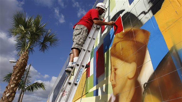 Marcos Zoio peint l'une des nombreuses murales du quartier Wynwood, à Miami