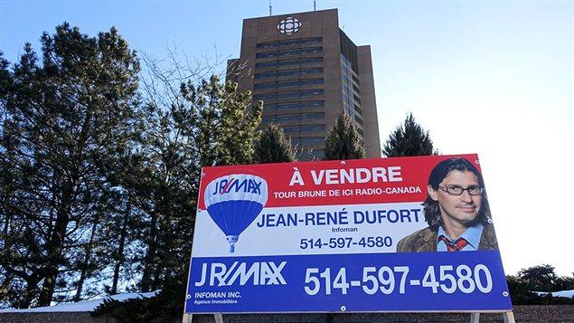 Pancarta de edificio en venta puesta por el equipo del programa de información satírica y humorística en la televisión francesa de Radio Canadá:
